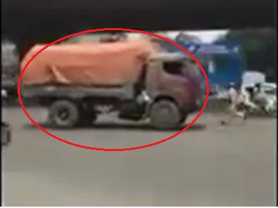 Hinh anh Video: Xe tai chay lui thach thuc CSGT tren pho Ha Noi