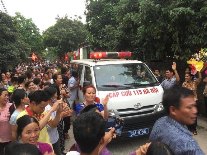 Cụ Kình đã về làng trong sự chào đón của người dân - Ảnh: Nguyễn Khánh