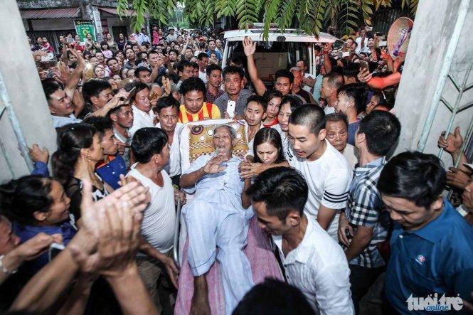 Cụ Kình đã về trong vòng tay dân làng Hoành - Ảnh: Nguyễn Khánh