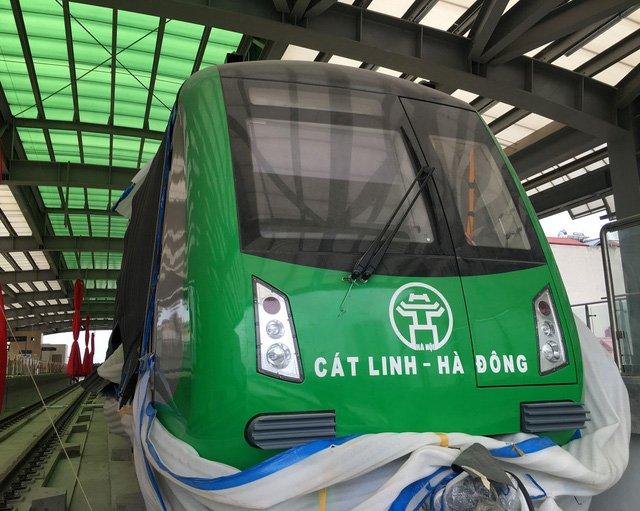 Phần đầu của đoàn tàu Cát Linh - Hà Đông đầu tiên tại điểm ga La Khê