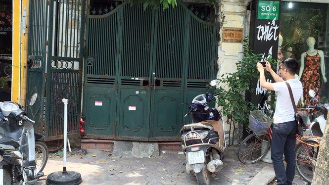 Cổng và các cửa của công ty Thiên Sơn trong sáng 31-5 đều khoá kín khi lãnh đạo công ty làm việc vớ cơ quan công an - Ảnh: HOÀI NAM