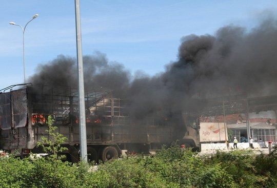 Nghẹt thở xem tài xế điều khiển xe tải bốc cháy ngùn ngụt - Ảnh 2.