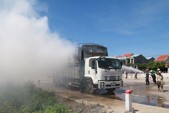 Nghẹt thở xem tài xế điều khiển xe tải bốc cháy ngùn ngụt - Ảnh 1.