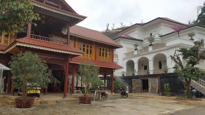 Căn nhà sàn được làm bằng gỗ quý được đặt song song với căn biệt thự khủng.