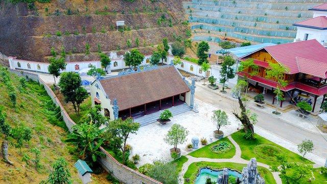 Nhà thờ được xây dựng sát khu tường bao, phía trước được trang trí hòn non bộ.