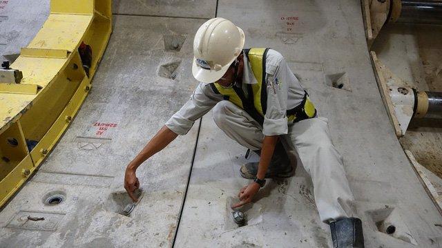 Vỏ hầm liên kết bằng các bu-loong nối 6 mảnh ghép trên một dầm và bu-loong nối hai đoạn dầm.