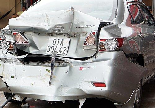 Phần đuôi chiếc ôtô bẹp dúm sau cú tông mạnh. Ảnh: Nguyệt Triều.