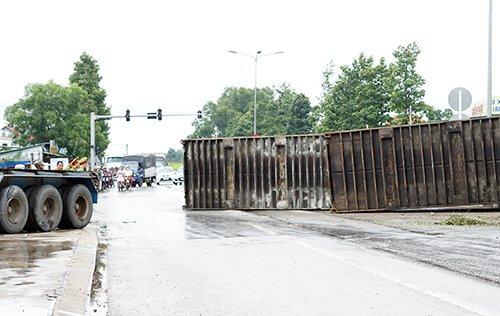 Hai thùng container rơi xuống đường rất may không có người bị thương. Ảnh: Nguyệt Triều.