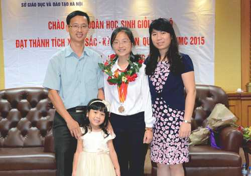 Nga Nhi bên gia đình tạilễ tuyên dương sau Cuộc thi toán học trẻ quốc tế CIMC 2015 tại Trung Quốc.