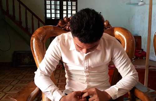 Nguyễn Sỹ Hùng kể lại việc làm bài thi. Ảnh: Hải Bình.