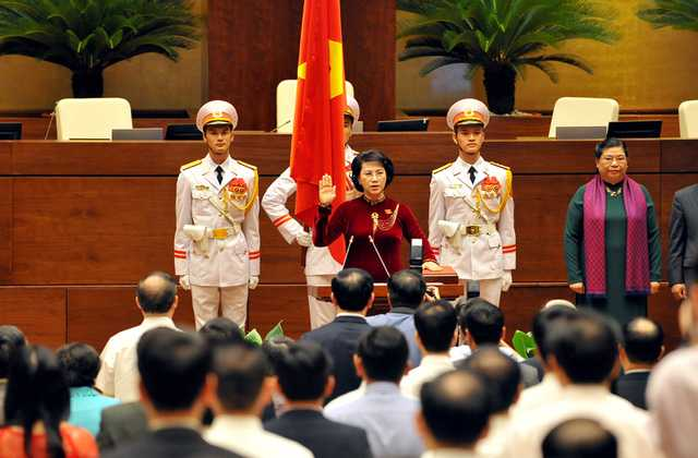 Chủ tịch Quốc hội tuyên thệ tuyệt đối trung thành với Tổ quốc, với Nhân dân, với Hiến pháp. (Ảnh: HL)