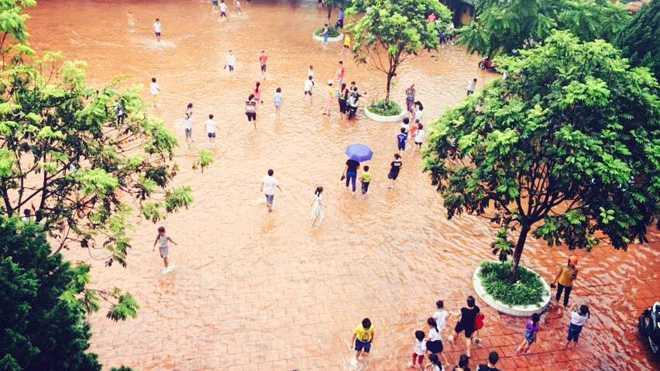 Các em học sinh nháo nhác trông người thân đến đón. Ảnh: Nguyễn Khoa Tùng.