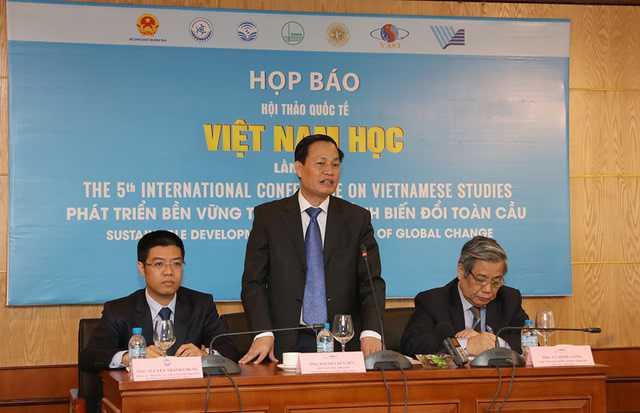 GS Nguyễn Hữu Đức, Phó giám đốc ĐH QGHN, trưởng ban Tổ chức Hội thảo khoa học Việt Nam học lần V