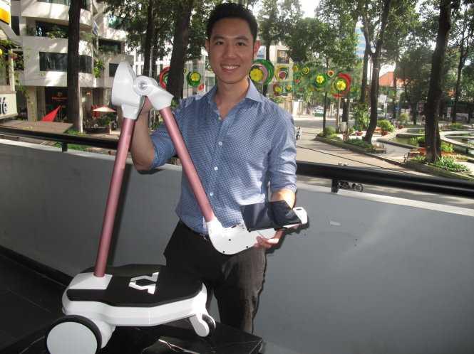 Tiến sĩ Vũ Duy Thức chia sẻ về cấu trúc, chức năng của robot OhmniLabs - Ảnh: Công Nhật