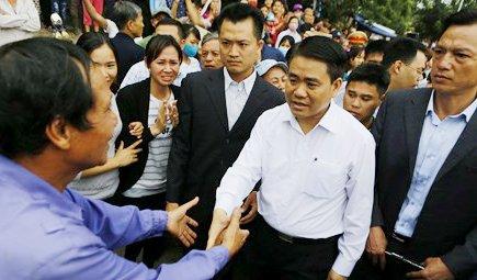 Hinh anh Chu tich Nguyen Duc Chung roi Dong Tam trong tieng vo tay, reo ho cua nguoi dan