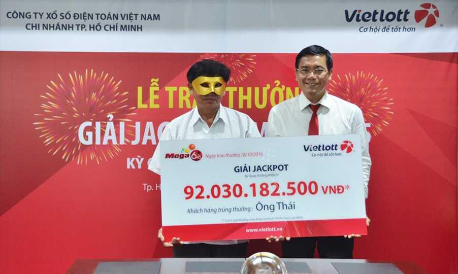 Chủ nhân trúng xổ số Vietlott 92 tỷ đồng đeo mặt nạ nhận thưởng