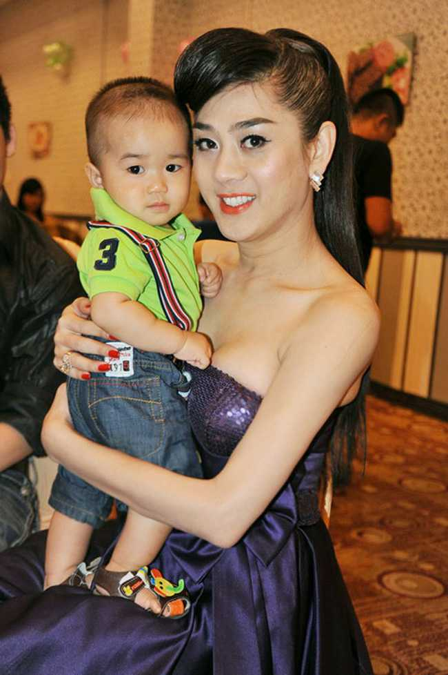 Khi tới nhà hàng cùng bạn bè hay người thân quen, Lâm Chi Khanh thường diện những bộ đầm sexy, khoe vẻ đẹp cơ thể.