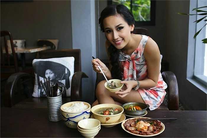 Một trong những nhà hàng của cô toạ lạc trong một con phố ẩm thực ngoại nổi tiếng và đắt đỏ nhất Sài Gòn.