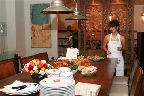 Căn bếp đẹp và tiện dụng là nơi Hồng Nhung nấu những món ăn chị thích cho chồng và hai con.
