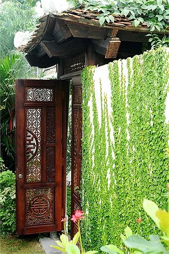 Đây là không gian sống mang lại những cảm hứng sáng tạo cho chủ nhân với những hàng ngói xô nghiêng, cánh cổng gỗ nhuốm màu thời gian và hàng cây rêu phong bao quanh bờ tường rào.