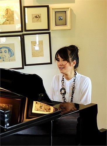 Bên cây đàn, Hồng Nhung có thể tập hát và luyện thanh mỗi ngày mới.