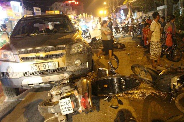 Hiện trường chiếc ô tô gây tai nạn liên hoàn trên đường Đỗ Xuân Hợp, quận 9, TPHCM tối 30/6.