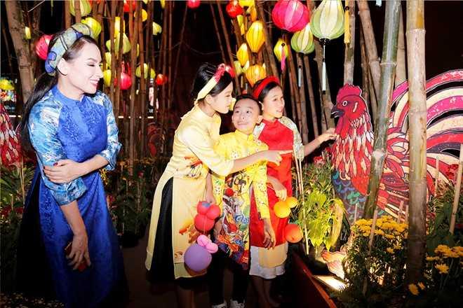 Phi Nhung dan ba con nuoi dao choi pho ong do hinh anh 6