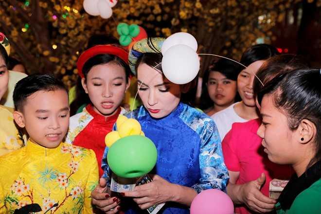 Phi Nhung dan ba con nuoi dao choi pho ong do hinh anh 7