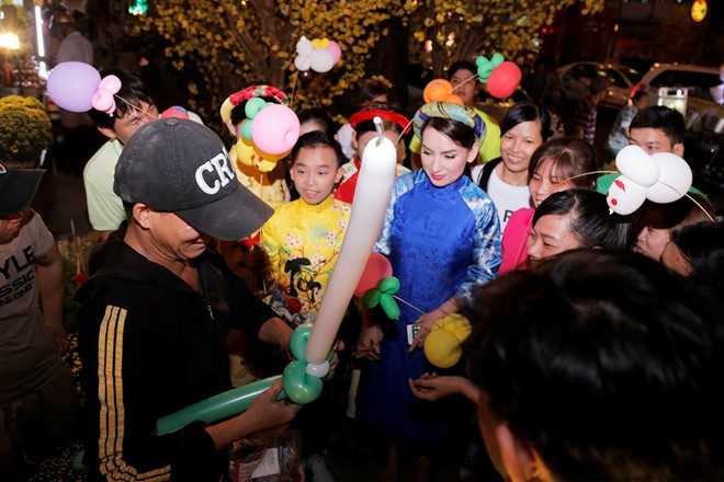 Phi Nhung dan ba con nuoi dao choi pho ong do hinh anh 8