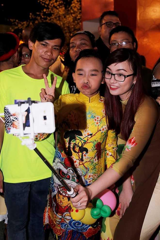 Phi Nhung dan ba con nuoi dao choi pho ong do hinh anh 9