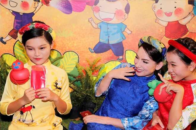 Phi Nhung dan ba con nuoi dao choi pho ong do hinh anh 4