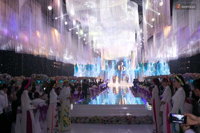 Hoài Linh, Trấn Thành cùng dàn sao Việt hào hứng tụ hội tại đám cưới khủng - Ảnh 14.