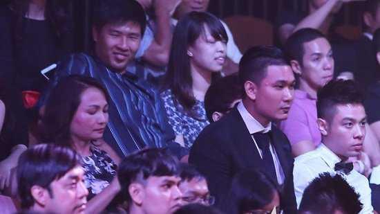 Trong suốt show thời trang, chàng trai ngồi cạnh mẹ của Hoa hậu và trò chuyện khá thân mật.
