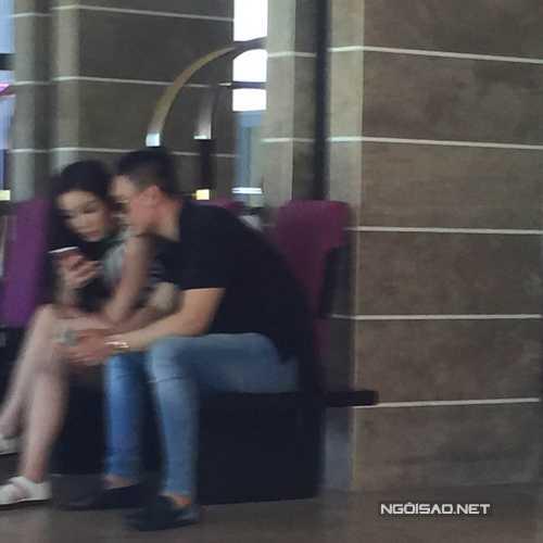 Mặc dù không lên tiếng xác nhận nhưng mới đây, hình ảnh thân mật của Kỳ Duyên và bạn trai 'soái ca' đã phần nào chứng minh mối quan hệ của hai người. Đôi uyên ương ngồi cạnh nhau rất thoải mái ở hậu trường show diễn của NTK Hoàng Hải.