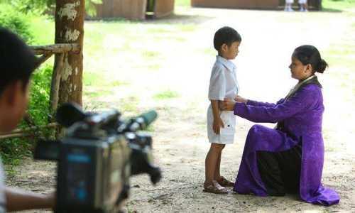 Kiều Trinh (áo tím) mang thai ở những tháng cuối vẫn đóng phim cùng con trai thứ hai.