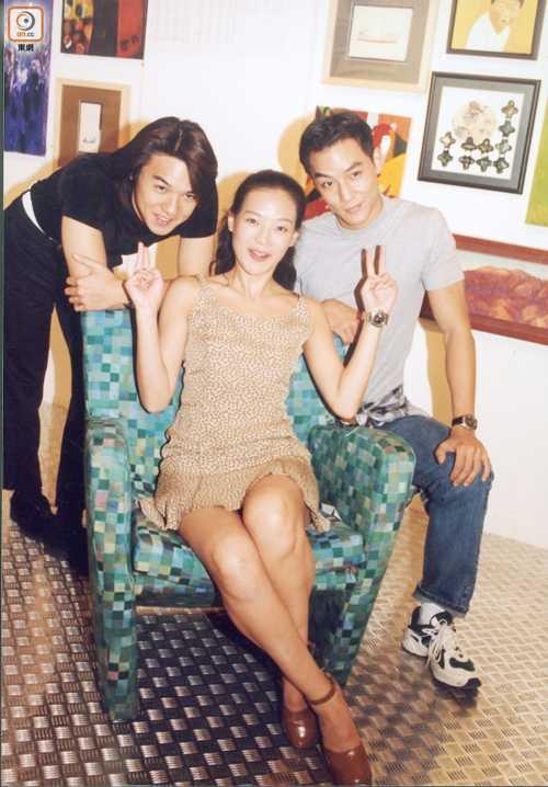 Cũng trong năm 1998, khi đang yêu Lê Minh, Thư Kỳ lần đầu gặp Phùng Đức Luân (ngoài cùng bên trái) khi đóng phim