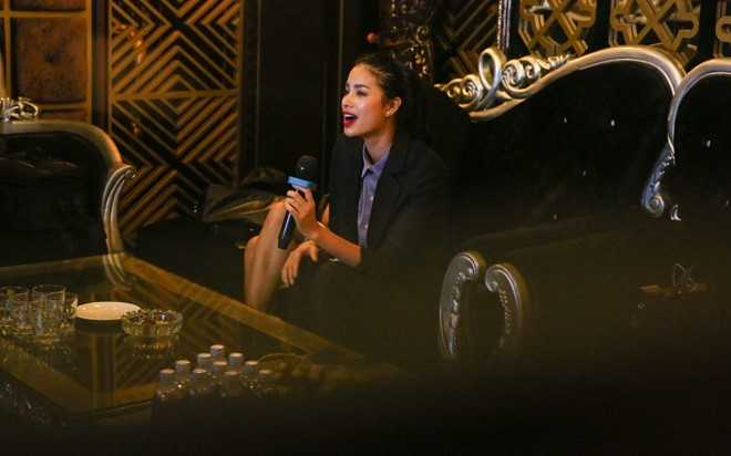 Pham Huong di hat karaoke de giai toa stress o The Face hinh anh 10