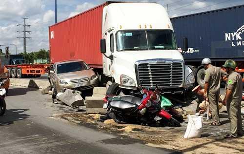 Chiếc xe container gây tại nạn hất văng 6 xetrên Xa lộ Hà Nội - Ảnh: Hải Hiếu