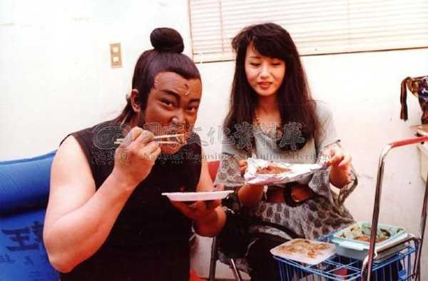 Kim Siêu Quần và vợ trên phim trường của hơn 20 năm vềtrước. Ảnh: ETtoday