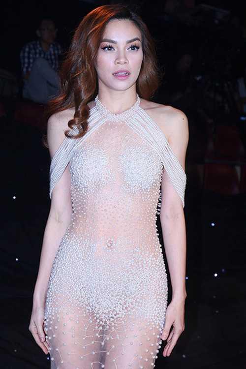 Dù chuyên gia trang điểm Nhật Bình khẳng định bộ đầm có lót bodysuit màu da bên trong, nhiều khán giả vẫn cho rằng nó hoàn toàn không phù hợp để mặc trong chương trình được phát sóng trực tiếp trên truyền hình quốc gia.