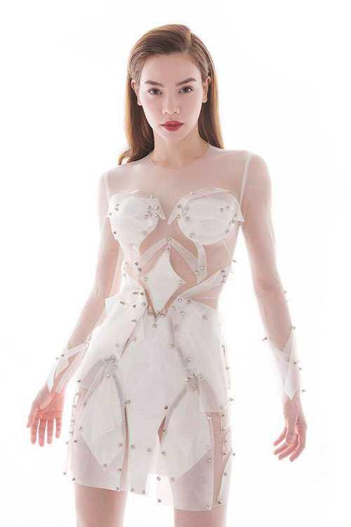 Trong bộ ảnh giới thiệu đội của mình ở The Face, Hà Hồ chọn một thiết kế đắp mảng độc đáo do Huy Trần thực hiện, toát lên nét quyến rũ, thời thượng. Tuy nhiên, trang phục này bị nghi nhái tác phẩm Versace mà diễn viên Kate Hudson mặc tại Met Gala 2016.