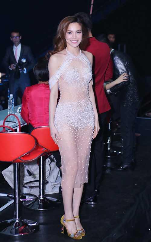 Một lần khác, xiêm y của nữ ca sĩ ở đêm chung kết Siêu mẫu Việt Nam 2015 trở thành chủ đề tranh cãi vì tạo cảm giác