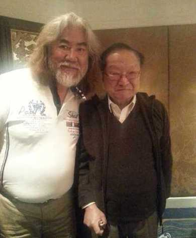 Ngoài đời, Trương Kỷ Trung (trái)có quan hệ thân thiết với nhà văn Kim Dung.