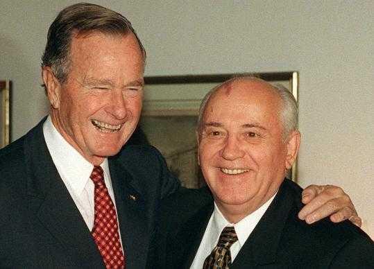 Gorbachev bên cạnh Tổng thống Mỹ George H. Bush.