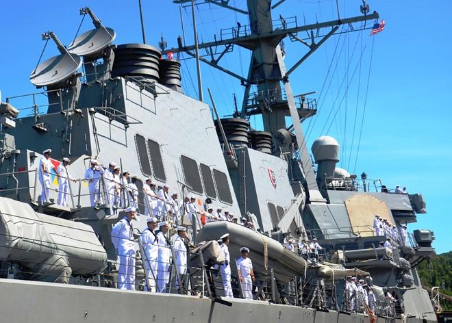 Tàu khu trục Mỹ diễn tập phối hợp tìm ...