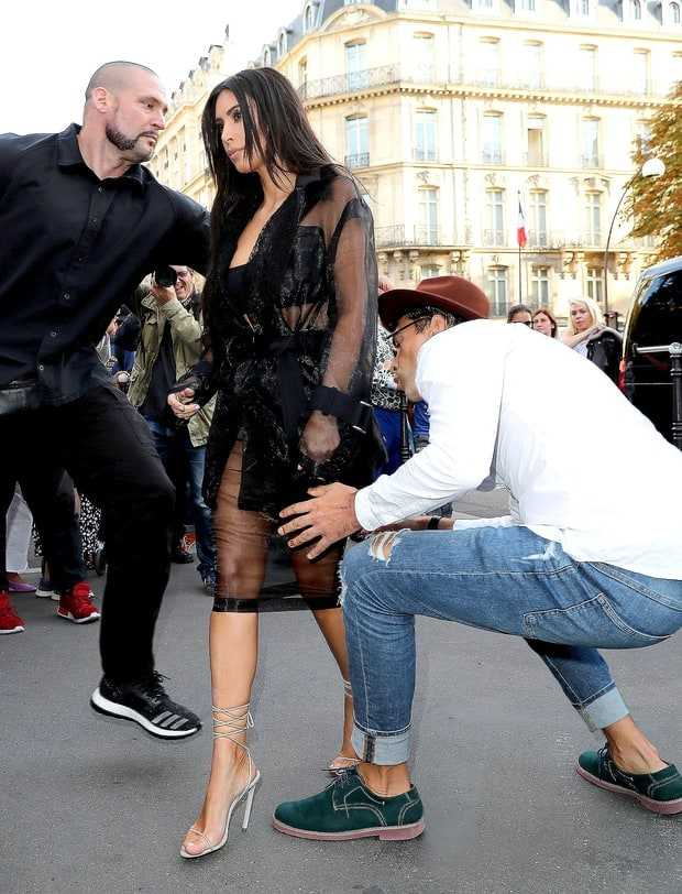 Vừa sàm sỡ Gigi Hadid, nhà báo biến thái lại xông vào hôn vòng 3 Kim Kardashian - Ảnh 1.