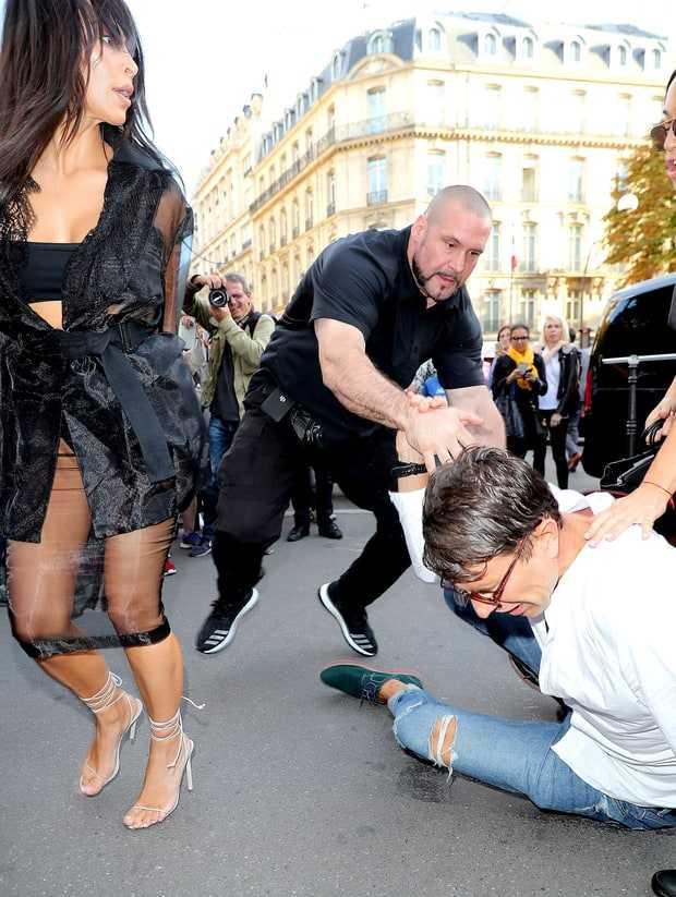 Vừa sàm sỡ Gigi Hadid, nhà báo biến thái lại xông vào hôn vòng 3 Kim Kardashian - Ảnh 2.