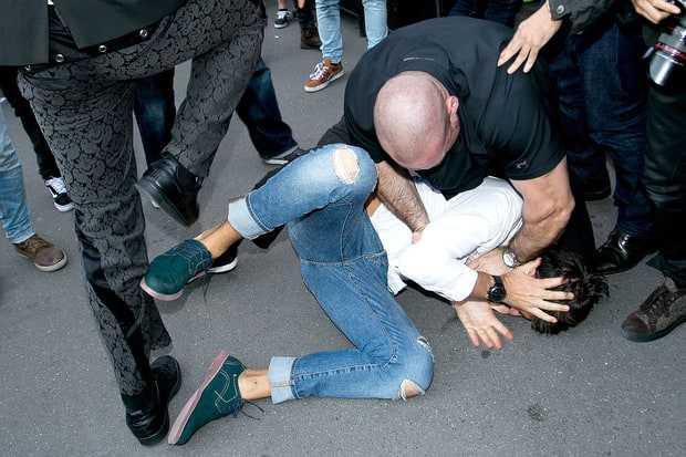 Vừa sàm sỡ Gigi Hadid, nhà báo biến thái lại xông vào hôn vòng 3 Kim Kardashian - Ảnh 4.