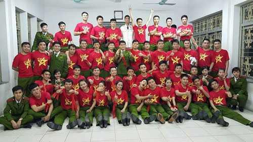 Với thủ khoa Nguyễn Thị Nga, tập thể lớpB1C1H01S, chuyên ngành Cảnh sát khu vực và thầy cô trường Cao đẳng Cảnh sát nhân dân I là người thân, gia đình thứ 2. Ảnh: NVCC.