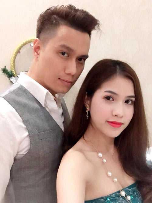 Việt Anh đang hạnh phúc bên cô vợ sinh năm 1989 Trần Hương, người kém anh gần chục tuổi.